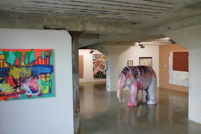 Elefant og bilde av Ari Been